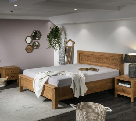 מיטה זוגית עם גילופי עץ