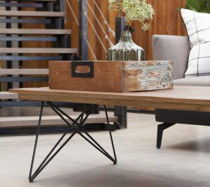 שולחן סלון מעץ עם רגלי ברזל