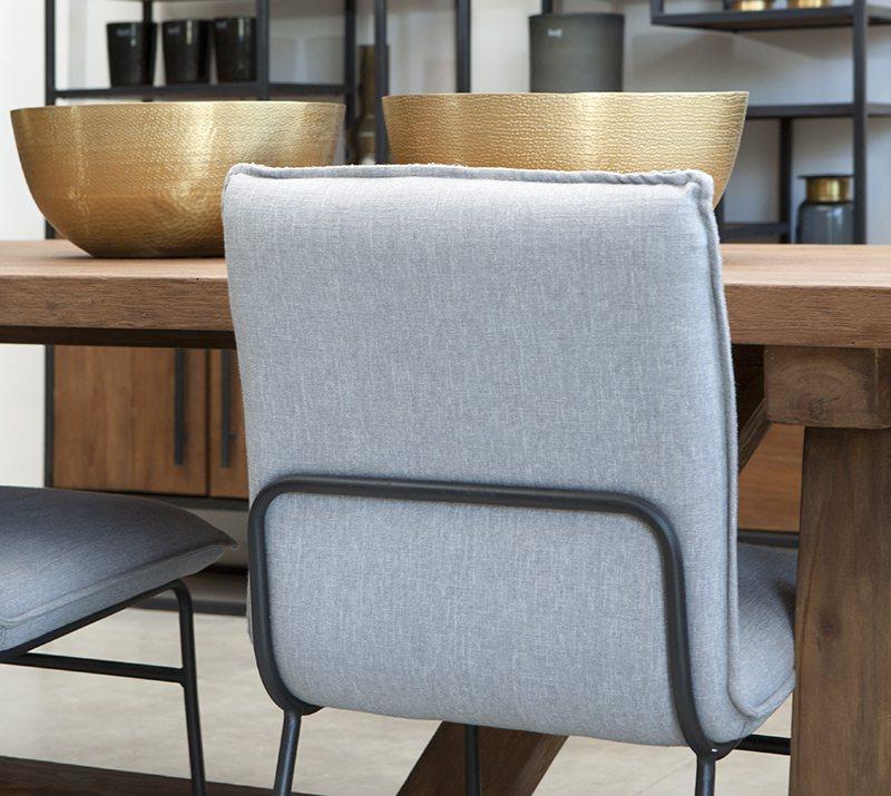 כיסא אוכל עם רגלי ברזל