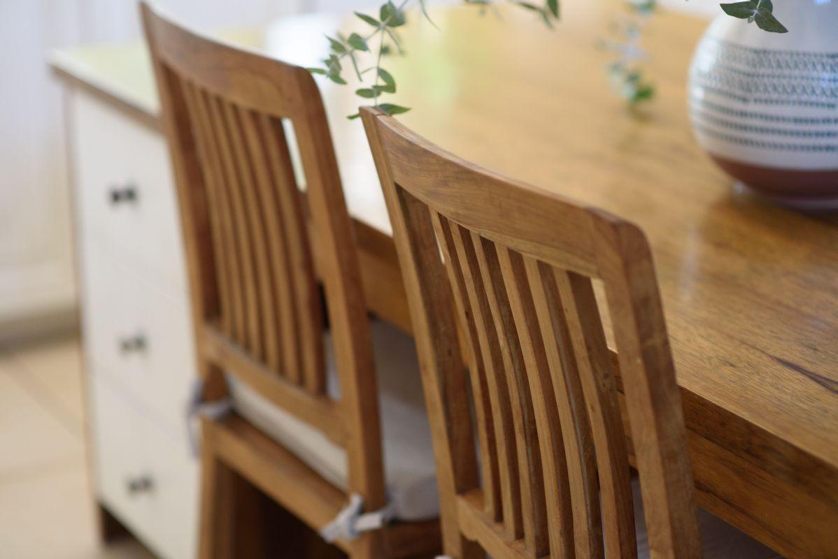 כסאות עץ מלא
