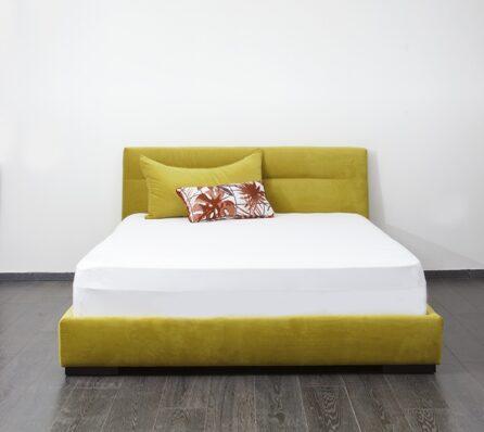 מיטה מרופדת צהובה