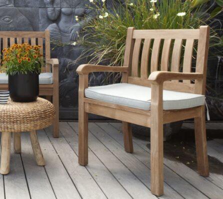 כיסא גינה מרופד מעץ מלא