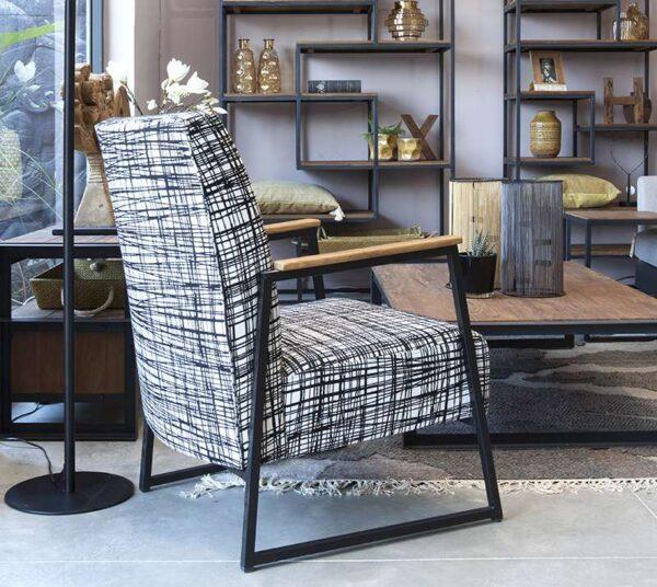 כורסא מעוצבת עם רגלי ברזל