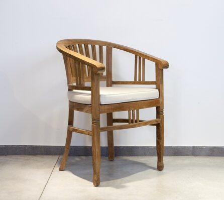 כיסא מעץ עם משענות לידיים