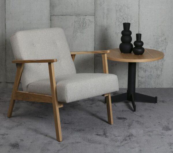 כורסא מעוצבת בסגנון כפרי
