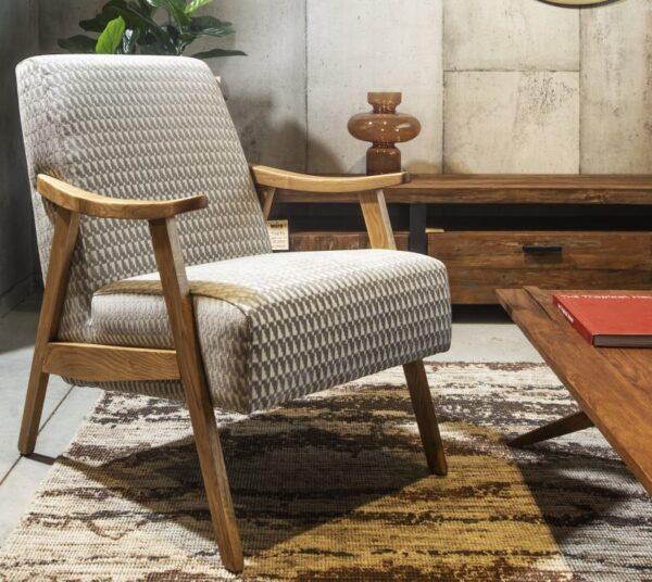 כורסא מרופדת עם משענות עץ מלא