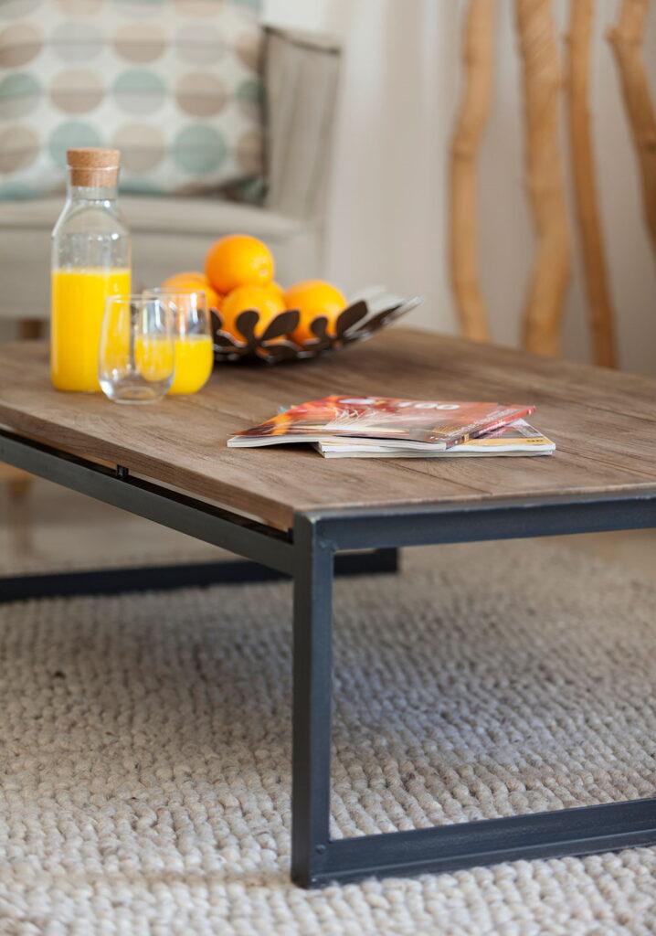 שולחן עץ מלא וברזל